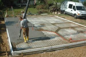 Fußbodenheizungen strahlen Wärme gleichmäßig ab und bewirken so ein angenehmes Raumklima. Daher entscheiden sich immer mehr Bauherren dafür, die Heizung direkt in die Bodenplatte zu integrieren.  Foto: djd/AxxFloor