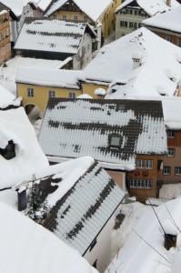 Oft zeigt schon ein Blick auf ein verschneites Haus, wo wertvolle Wärmeenergie durch ein schlecht gedämmtes Dach entweichen kann. Denn Wärmebrücken sind dort sichtbar, wo der Schnee sichtbar ungleichmäßig abtaut.  Foto: djd/Paul Bauder
