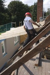 Neue, groß dimensionierte Dachgauben bringen Licht und Luft ins Obergeschoss.  Foto: djd/Fördergesellschaft Holzbau und Ausbau