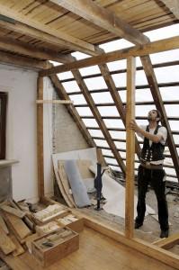 Der Zimmermeister ist beim Dachausbau in seinem angestammten Element.  Foto: djd/Fördergesellschaft Holzbau und Ausbau