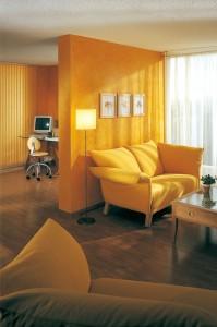 Mit einem Raumteiler lassen sich eigene Einrichtungsideen verwirklichen. Foto: djd/Knauf Bauprodukte