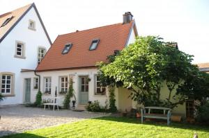 Auch in kleinen älteren Häusern schlummert im Dachstuhl mehr Wohnraum als gedacht, der sich mit einer guten Dachdämmung nutzen lässt.  Foto: djd/CWA