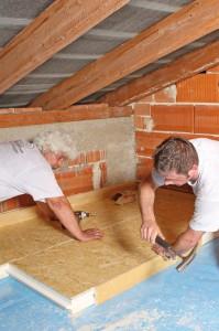 Eine Dämmung der obersten Geschossdecke ist, wenn das Dach nicht zu Wohnzwecken genutzt werden kann, die schnellste und einfachste Art, Wärmeverluste durchs Dach zu reduzieren. Foto: djd/Paul Bauder